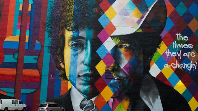 Un portrait de Bob Dylan par le brésilien Eduardo Kobra à Minneapolis, le 15 octobre 2016 [STEPHEN MATUREN / AFP/Archives]