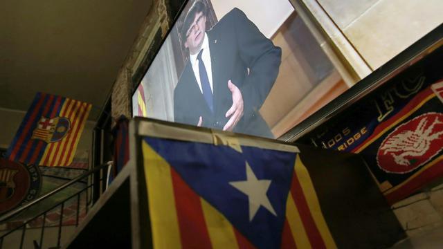 Le discours du président catalan Carles Puigdemont retransmis dans un bar à Barcelone, le 4 octobre 2017 [PAU BARRENA / AFP]