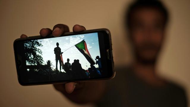 Le manifestant soudanais Akram montre une photo prise pendant le sit-in à Khartoum, lors d'une interview avec l'AFP, le 15 juin 2019 [- / AFP]