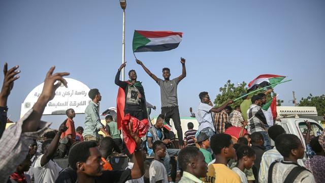 Les Soudanais manifestent devant le QG de l'armée à Khartoum le 27 avril 2019 [OZAN KOSE / AFP]