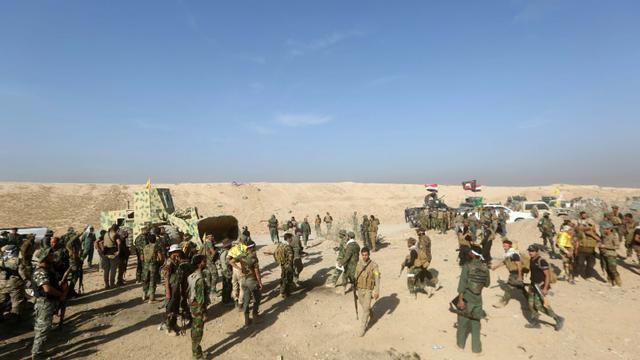 Les combattants chiites irakiens des unités de mobilisation populaire se regroupent alors qu'ils progressent vers Baïji en Irak, le 18 octobre 2015 [AHMAD AL-RUBAYE / AFP]