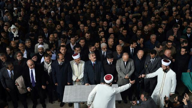Plusieurs dizaines de personnes ont célébré le vendredi 16 novembre à Istanbul une prière funéraire symbolique en hommage au journaliste saoudien Jamal Khashoggi [BULENT KILIC / AFP]