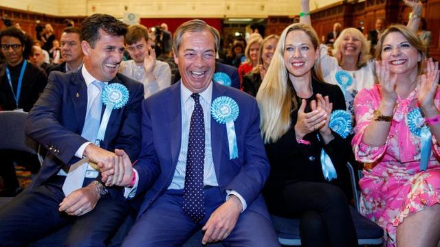 Le chef du Parti du Brexit Nigel Farage (au centre) écoute les résultats des élections européennes à Southampton, dans le sud de l'Angleterre, le 27 mai 2019 à l'aube [TOLGA AKMEN / AFP]