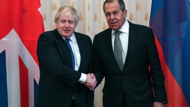 Le ministre britannique des Affaires étrangères Boris Johnson (g) est reçu par son homologue russe Sergueï Lavrov, le 22 décembre 2017 à Moscou. [Yuri KADOBNOV / AFP]