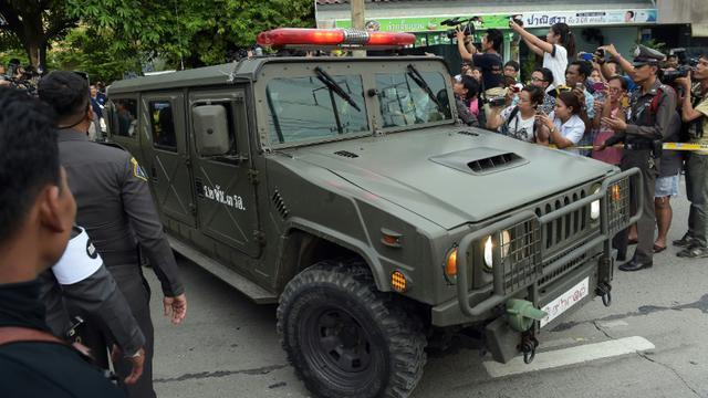 Une voiture de l'armée transporte un suspect dans l'enquête sur l'attentat de Bangkok qui a fait vingt morts, le 29 août 2015 à Bangkok en Thaïlande [Christophe Archambault / AFP]
