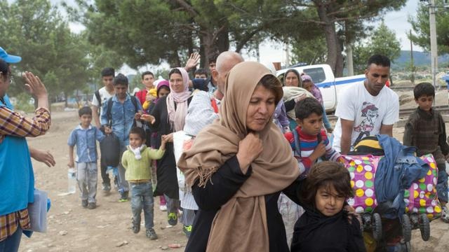 Des migrants traversent la frontière entre la Grèce et la Macédoine à Gevgelija, le 8 septembre 2015 [ROBERT ATANASOVSKI / AFP]