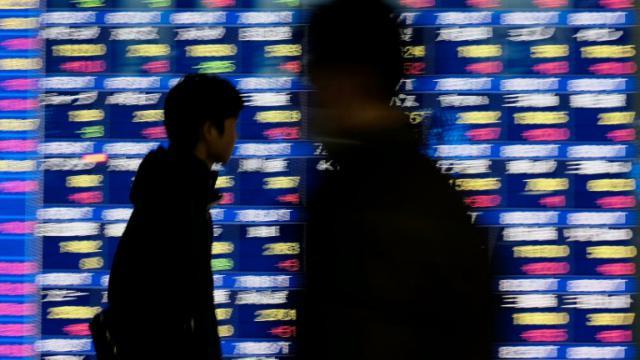 Les cours des actions à la Bourse nippone affichés sur un panneau à Tokyo au Japon, le 25 janvier 2016 [KAZUHIRO NOGI / AFP/Archives]