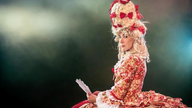 Virginie Hocq revisite le passé dans la peau de Marie-Antoinette