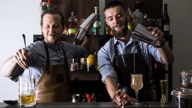Deux bartenders d'On the Rocks, le service de bar à cocktails à domicile