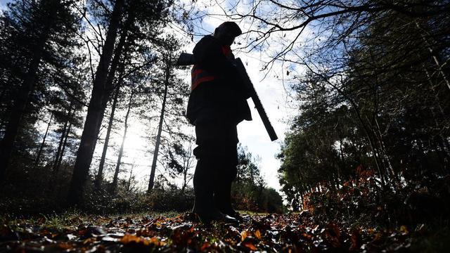 Un chasseur attend le gros gibier, le 14 février 2015, à La Chapelle-Glain (Loire-Atlantique).