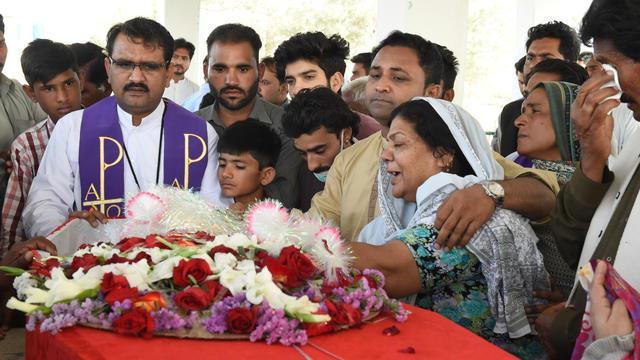 Des Chrétiens pakistanais aux funérailles d'un membre de la communauté tué lors d'une attaque armée, en avril 2018.
