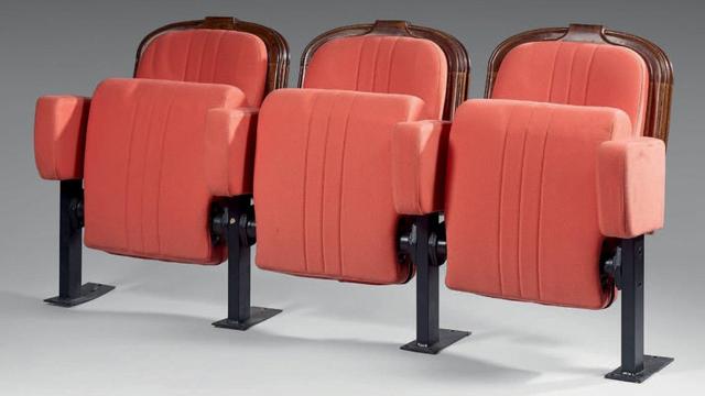 Une rangée de trois fauteuils de l'ancienne salle de cinéma de la tour Eiffel a été adjugée à 1 080 euros.