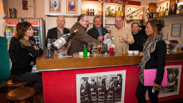 Jean-Pierre Pernaut et la troupe de Piège à Matignon au bar de l'hôtel des Bons Vivants