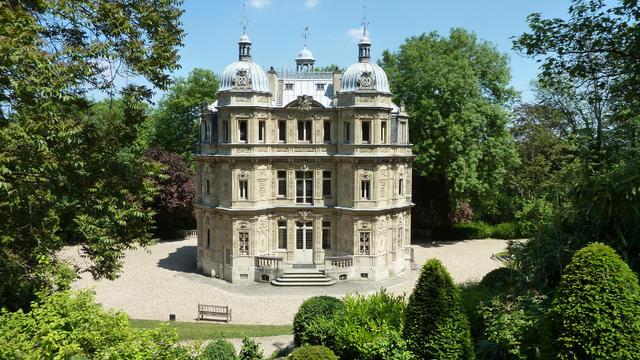 Le nom de 88 des oeuvres d'Alexandre Dumas sont  gravés sur les murs du Château de Monte Cristo.