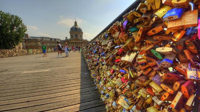 Plusieurs dizaines de milliers de cadenas sont accrochés sur le pont des Arts, à Paris.