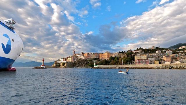La SNCM relie, entre autres, Marseille à Ajaccio en 12 heures et Marseille à Porto Vecchio en 14 heures