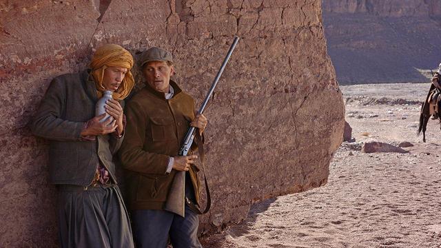 """Reda Kateb et Viggo Mortensen dans le film """"Loin des hommes""""."""