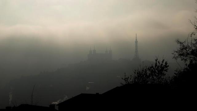 La basilique de Notre-Dame de Fourvière, photographiée sous un nuage de brume et de pollution, à Lyon, en 2016.