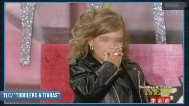 Destiny, 4ans, est montée sur scène avec une cigarette à la bouche lors d'un concours de mini-miss.