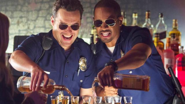 """Jake Johnson et Damon Wayans Jr. dans le film de Luke Greenfield """"Cops. Les forces du désordre""""."""