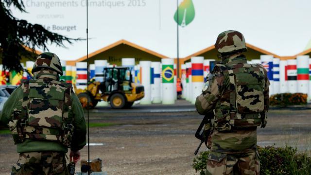 Des militaires devant le site de la COP21, au Bourget (Seine-Saint-Denis)