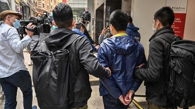 Un groupe politique pro-démocratie est arrêté par la police dans le district central à Hong Kong le 6 janvier 2021, dans le plus grand coup de filet mené à ce jour contre les détracteurs de Pékin.