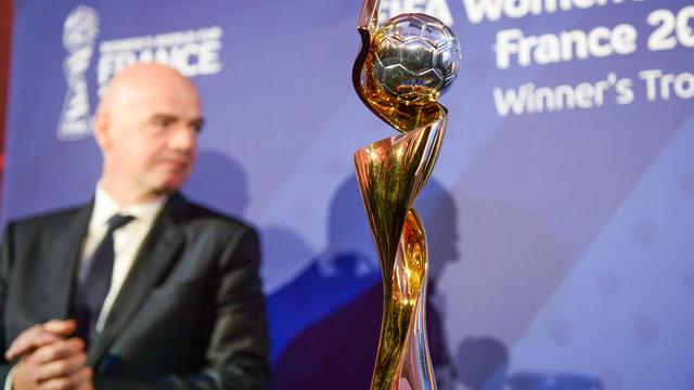 Le trophée de la Coupe du Monde Féminine, dont la finale se jouera à Lyon.