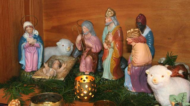 Une crèche représentant l'enfant Jésus et la Nativité.