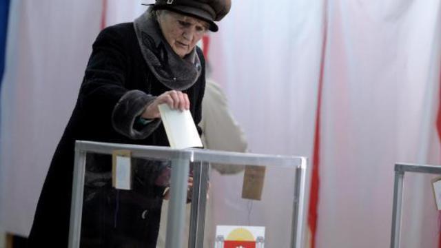 Une femme vote le 16 mars 2014 à Simféropol