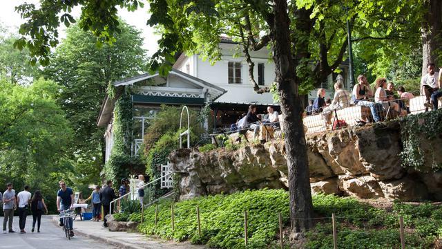 La terrasse côté bar est très vite prise d'assaut
