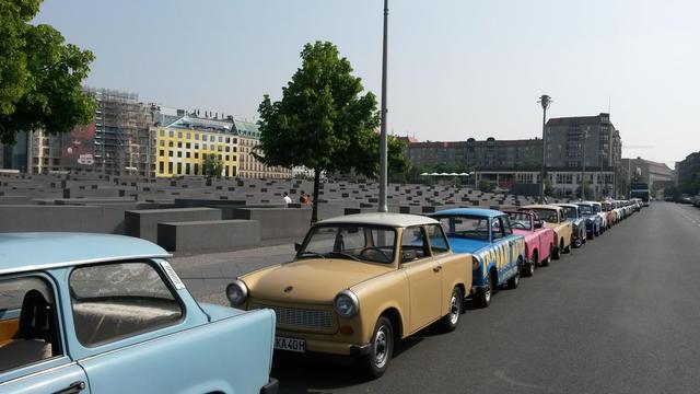Des Trabant, voitures populaires de l'ex RDA,  devant le Mémorial de l'Holocauste à Berlin