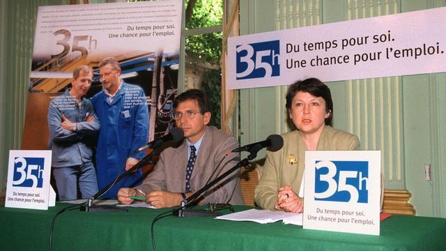 Martine Aubry  le 24 juin 1998 au ministère de l'Emploi à Paris, lors d'une conférence de presse sur la réduction de la durée du travail à 35 heures hebdomadaires [Jack Guez / AFP/Archives]