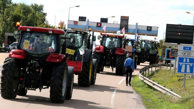 Des agriculteurs en route pour Paris sur l'A4 le 2 septembre 2015 près de Reims [FRANCOIS NASCIMBENI / AFP]