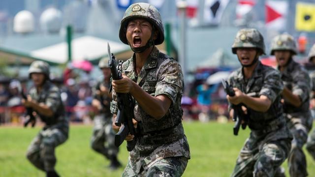 Des soldats de l'armée chinoise participent à une démonstration, le 30 juin 2019 à Hong Kong [ISAAC LAWRENCE / AFP/Archives]