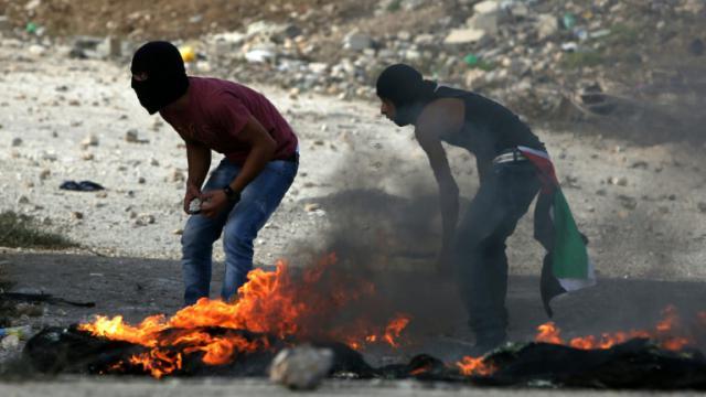 L'attaque a causé d'importants dégâts. Ici, des Palestiniens incendient des pneus le 13 octobre 2015 à Naplouse