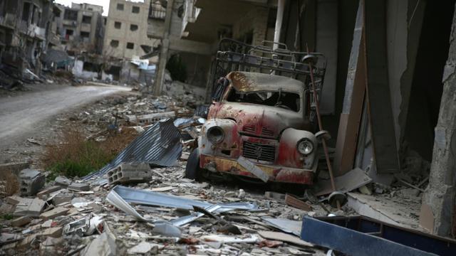 Un véhicule détruit dans les décombres de Jobar le 23 janvier 2016 en Syrie [Abd Doumany / AFP]