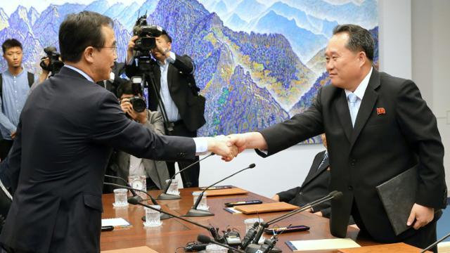 Le ministre sud-coréen de l'Unification Cho Myoung-gyon et son homologue nord-coréen Ri Son Gwon se rencontrent à Panmunjom dans la zone démilitarisée, le 1er juin 2018 [Handout / South Korean Unification Ministry/AFP/Archives]