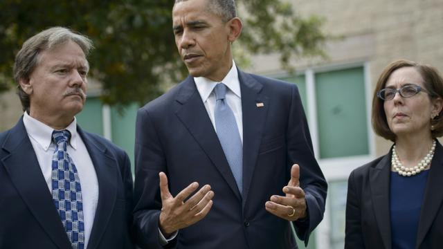 Le président Obama (c), le maire de Roseburg, Larry Rich (g) et la gouverneure de l'Oregon Kate Brown, le 9 octobre 2015 à Roseburg [BRENDAN SMIALOWSKI / AFP]