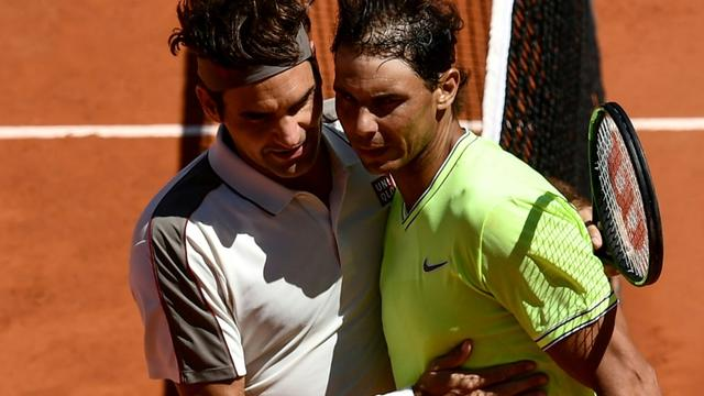 L'Espagnol Rafael Nadal (d) domine le Suisse Roger Federer en demi-finale de Roland-Garros le 7 juin 2019 [Philippe LOPEZ / AFP]