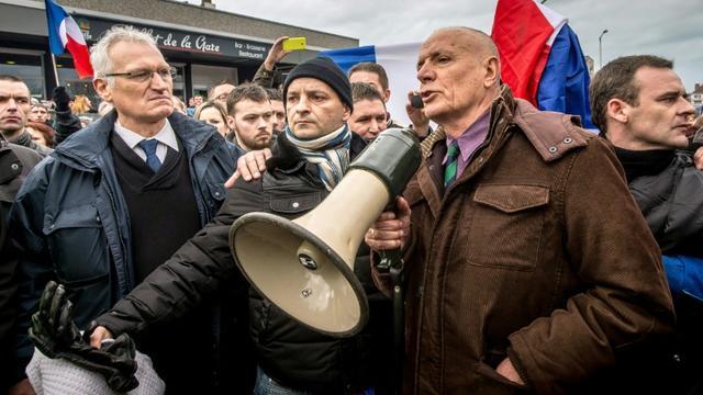 Le général Christian Piquemal (d) s'adresse aux partisans du mouvement Pegida, lors d'un rassemblement anti-migrants, le 6 février 2016 à Calais [PHILIPPE HUGUEN / AFP]