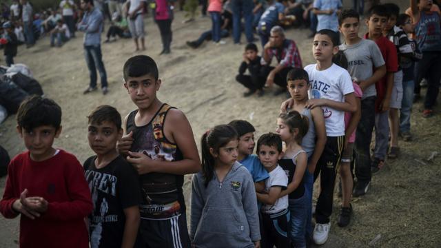 Des enfants réfugiés syriens font la queue pour recevoir de la nourriture, le 17 septembre 2015 à Edirne, à la frontière entre la Turquie et la Grèce [BULENT KILIC / AFP]