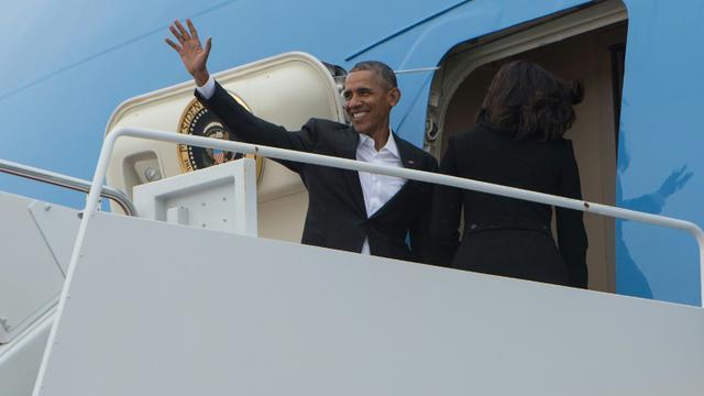 Le président américain Barack Obama et sa femme Michelle montent dans Air Force One à la base aérienne d'Andrews à Maryland avant de s'envoler pour Cuba le 20 mars 2016  [NICHOLAS KAMM / AFP]