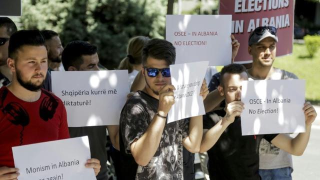 Manifestation de l'opposition devant un bureau de vote de Tirana le 30 juin 2019 [Gent SHKULLAKU / AFP]