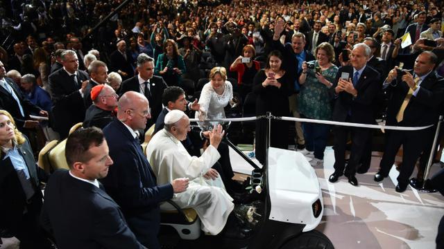 Le pape François acclamé par la foule des fidèles à son arrivée au Madison Square Garden le 25 septembre 2015 à New York [VINCENZO PINTO / AFP]
