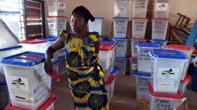 Une femme au milieu de matériel de vote avant le scrutin présidentiel en Centrafrique, le 13 février 2016 [ISSOUF SANOGO / AFP]