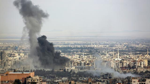 De la fumée provenant de zones ciblées par les bombardements de l'armée syrienne sur les villes de Douma et Harasta, le 28 février 2018 [STRINGER / AFP]