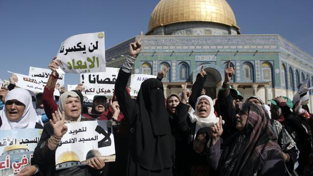 Des femmes palestiniennes manifestent le 27 septembre 2015 sur l'esplanade des Mosquées à Jérusalem  [AHMAD GHARABLI / AFP]