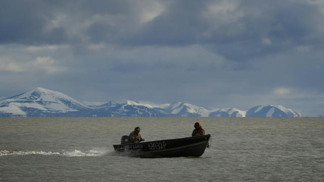 Des chasseurs esquimaux yupiks du village de Quinhagak, rentrent d'une expédition en mer, le 12 avril 2019 en Alaska [Mark RALSTON / AFP]