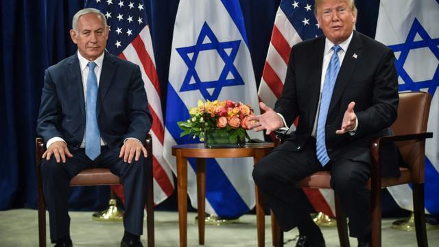 Le président des Etats-Unis, Donald Trump (à droite) au début d'une rencontre avec le Premier ministre israélien Benjamin Netanyahu, en marge de l'Assemblée générale de l'ONU, à New York, le 26 septembre 2018  [Nicholas Kamm / AFP]