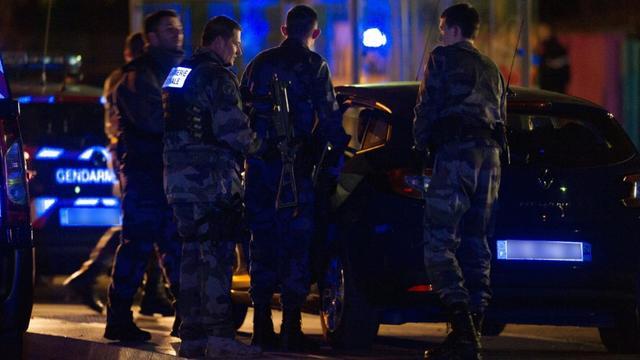 Des policiers patrouillent devant le collège des Trois Frontières, à Hegenheim, dans l'est de la France, le 16 novembre 2015, après qu'un collégien en a abattu un autre dans un bus [ / AFP/Archives]
